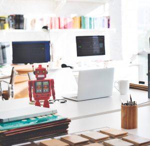 Rode robot op bureau, heeft te maken met robotisering