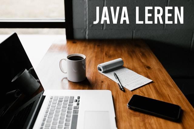 Java leren met laptop, koffie en kladblokje
