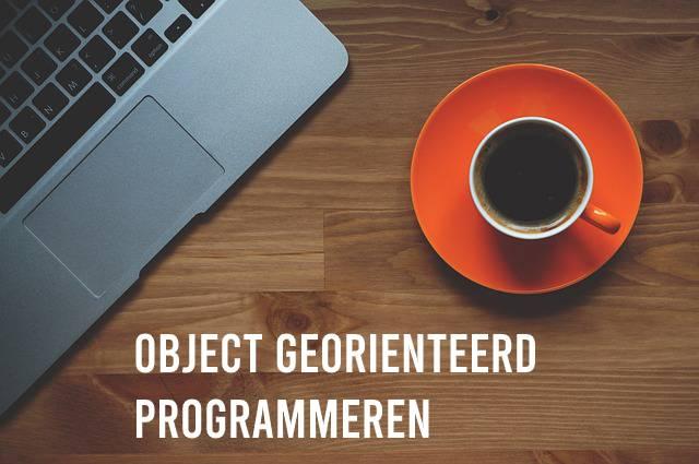 Object georiënteerd programmeren laptop en koffie