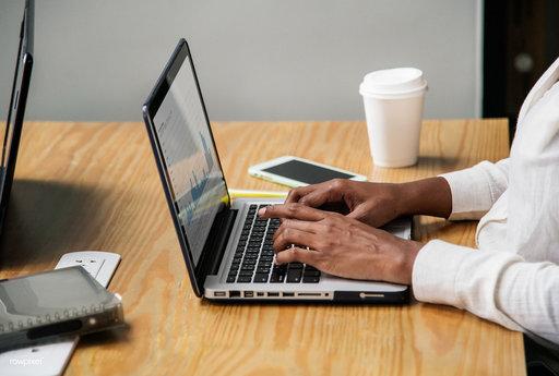 Aan de slag en werken achter laptop