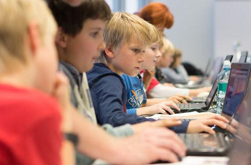 Kinderen programmeren achter laptop