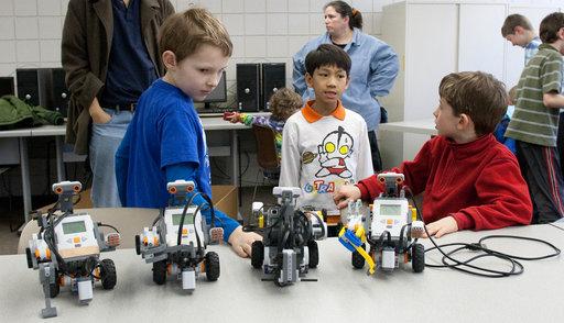 Kinderen leren programmeren door met robots te spelen