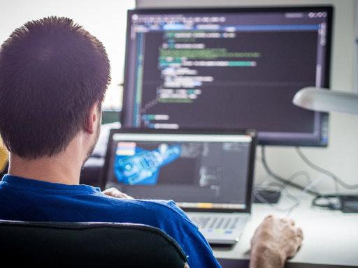 Programmeur achter laptop