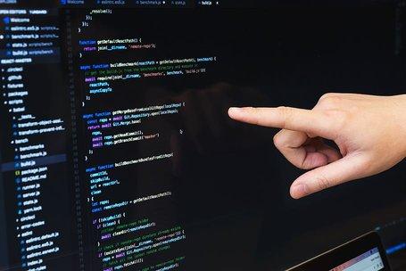Vinger wijst naar code