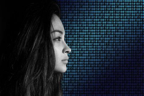 Vrouw met binaire code op achtergrond