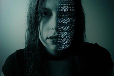 Vrouw met code op gezicht