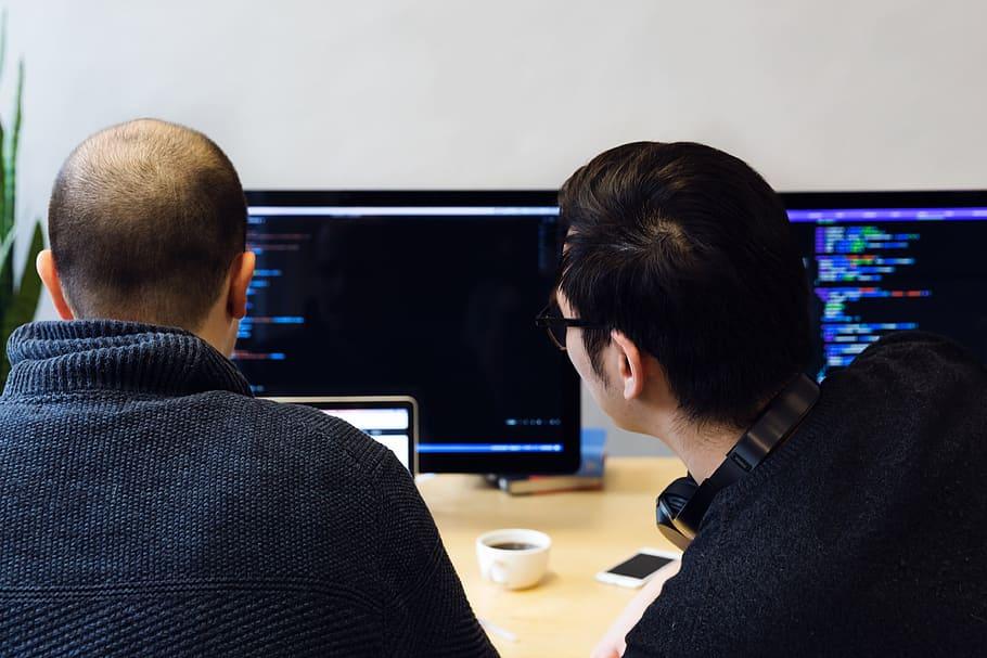 Programmeurs kijken naar code