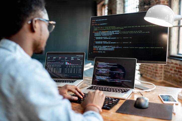 Man programmeren drie schermen