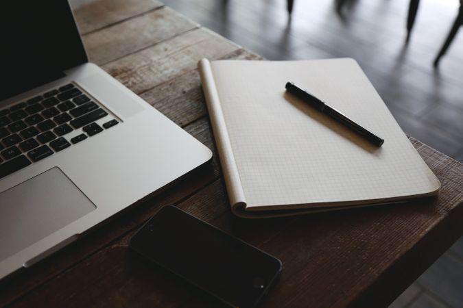 Laptop, kladblok en smartphone