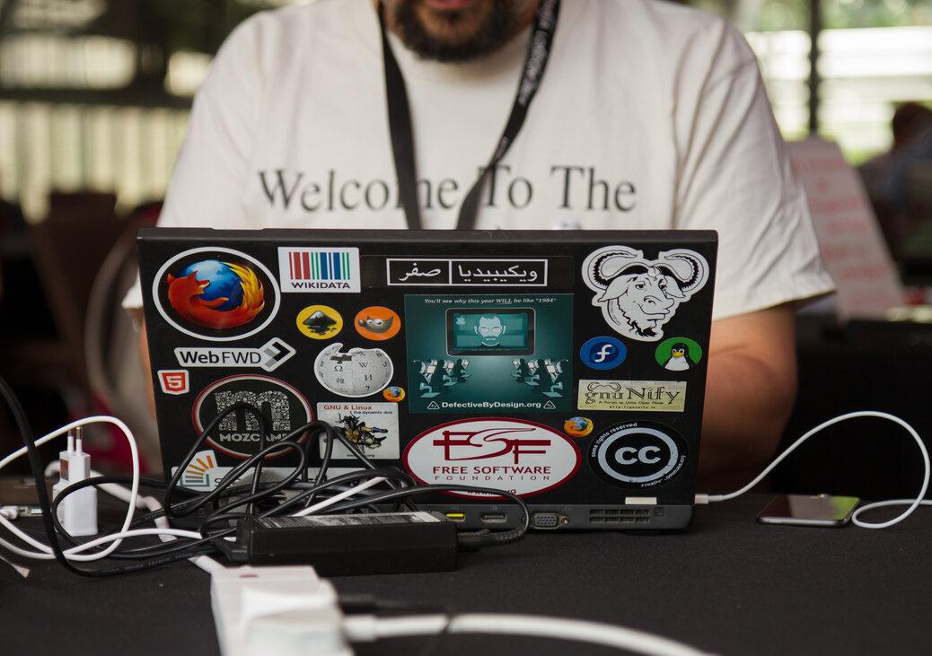 Laptopstickers op zwarte laptop