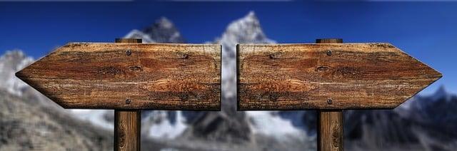 Richting twee houten pijlen